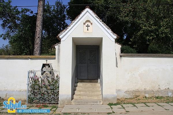 Intrare in curtea bisericii