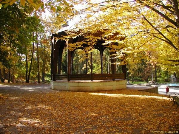 Parcul 'Sub Arini' din Sibiu,unul dintre cele mai mari din Romania - o oază verde în mijlocul oraşului. Foto